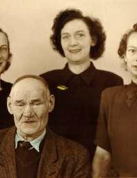 Gustaf med døtre 1945